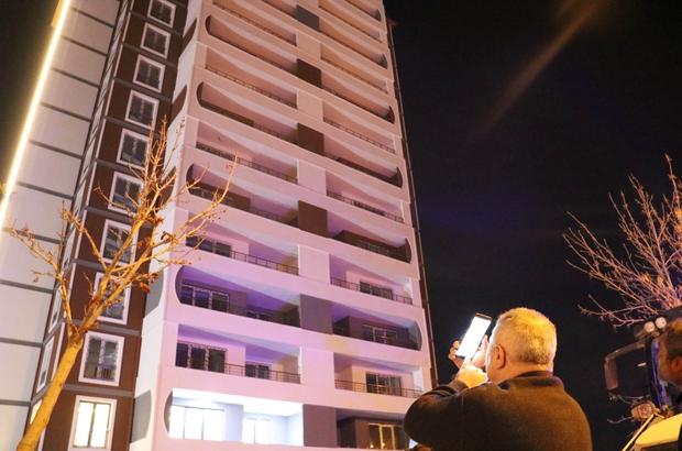 13. katta onu gören telefona sarıldı Sivas'ta inşaatın 13.katına çıkarak intihara kalkışan şahıs, annesi ve polisin 1 saatlik çalışmasıyla ikna edildi