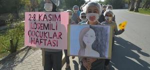 Lösemiye dikkat çekmek için maskeli zincir oluşturdular Maskelerini takan öğretmen ve öğrenciler ilçe sokaklarını gezdi