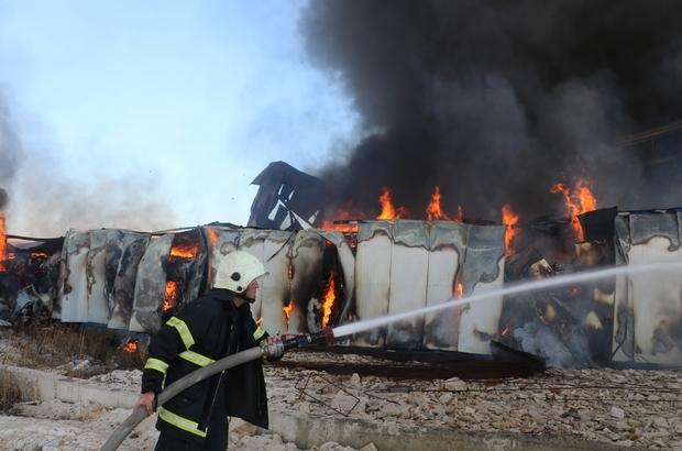 Sivas'ta fabrika yangını(2) Sivas'ta Organize Sanayi Bölgesinde plastik fabrikasında çıkan yangın kontrol altına alınmaya çalışılıyor