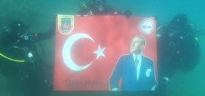 "Jandarma timinden ""Ata'ya saygı dalışı"""