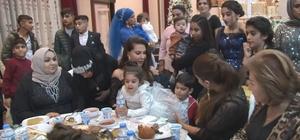 Ebru Yaşar halaya çıktı, dolarlar havada uçuştu Ünlü ses sanatçısı Ebru Yaşar, kayınbiraderinin düğününde Kürtçe şarkılar eşliğinde halay çekti Yakınları sanatçının üstüne dolar yağdırırken, davetliler de o anları çekebilmek için birbirleri ile yarıştı