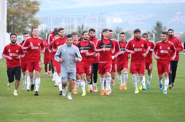 Lider Sivasspor'da Kayseri mesaisi başlıyor Süper Ligde 21 puanla liderlik koltuğuna oturan D.G. Sivasspor'da, Kayserispor maçının hazırlıkları yarın start alacak