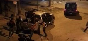Taşlı, sopalı ve silahlı kavgayı jandarma havaya ateş açarak ayırdı Sakarya'da mahalle muhtarı ve meclis üyesinin aileleri arasında çıkan kavgada 1 kişi yaralandı Kavga anına ait görüntüler ortaya çıktı