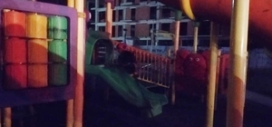 Serdivan'da çocuk parkı kimliği belirsiz kişilerce ateşe verildi