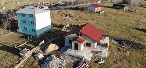 Devlet yıktı, o kaçak yayla evini yeniden yaptı Trabzon'da kaçak yayla evlerinin olaylı yıkımlarının gerçekleştiği Haçka Yaylası'nda 2018 yılında inşaat aşamasında yıkılan bir yayla evinin bir yıl sonra yeniden yapıldığı ortaya çıktı