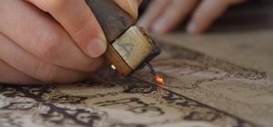Ağacı yakarak sanat eserine dönüştürüyor