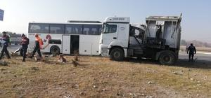 Afyonkarahisar'daki otobüs kazasının nedeni yoğun sis Otobüs kazasında yaralı sayısı 21'e çıktı Kazada hayatını kaybeden 2 kişi otobüste sıkıştı