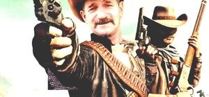 """Trabzon'un Kanadalı Kovboyu Yaklaşık 40 yıldır sembol olarak giydiği kovboy elbisesini üzerinden hiç çıkarmıyor """"Kovboy"""" kültürünü doğduğu memleketine taşıdı Yıllarca çalıştığı Kanada'da kovboy elbisesi giyen ve bir daha da üzerinden çıkartmayan Secaattin Bozoğlu, memleketi Trabzon'un Tonya ilçesinde de kovboy elbisesiyle geziyor İlçede sahibi bulunduğu otele ve bulunduğu sokağa """"Kanada"""" ismini veren Bozoğlu kendisi de Kanada vatandaşı"""