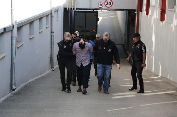 Eylem hazırlığındaki DEAŞ'lı 4 kardeş tutuklandı Adana'da eylem hazırlığında oldukları ileri sürülerek yakalanan 4 DEAŞ'lı kardeş tutuklandı Zanlıların cep telefonu incelemesinde 'biat mektubu' ve terör örgütünün öldürülen liderinin videoları çıktı
