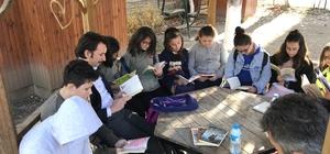 Kaymakam Çetin öğrencilerle birlikte kitap okudu