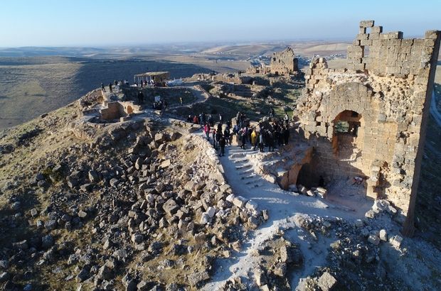 Zerzevan Kalesi bu yıl ziyaretçi rekoru kırdı Bünyesinde barındırdığı eserlerle dünyanın dikkatini üzerine çeken Zerzevan Kalesi'ni 2019'un ilk 10 ayında 400 bini aşkın kişi ziyaret etti 72 bin yabancı turistin geldiği Zerzevan Kalesi'nde 2020 hedefi 1 milyon turist ağırlamak