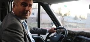 Belediye başkanı öğrenci servisinde gönüllü şoförlük yapıyor Sivas Deliilyas Belediye Başkanı Mehmet Tek, beldesindeki öğrencilerin ulaşımı için tahsis ettiği belediyeye ait minibüsün şoförlüğünü kendi yapıyor