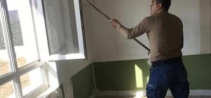 Jandarma eline fırça alıp, köy okulunu boyadı