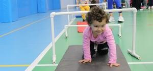Küçük öğrenciler spor salonunda eğlenerek ders yaptı