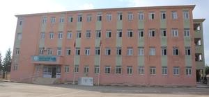 Öğrenciler faciadan şans eseri kurtuldu Öğrenciler dersteyken tavanı dökülmeye başlayan okul tahliye edildi