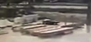 Otomobilin çarptığı kadın metrelerce sürüklenerek hayatını kaybetti 57 yaşındaki kadının hayatını kaybettiği kaza anı kamerada