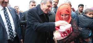 AK Partili başkanlar Telabyad'a çıkarma yaptı AK Partili başkanlar Telabyad'ta çocuklara oyuncak, ailelere ise yardım kolisi