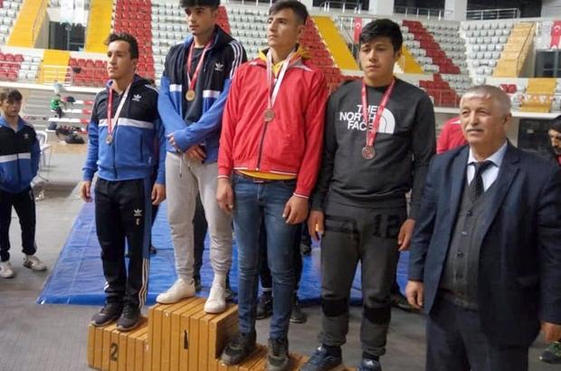 """Okullar arası güreş müsabakaları sona erdi Sivas Gençlik ve Spor İl Müdürlüğü ile Güreş İl Temsilciliği organizesinde yapılan """"Okullar arası gençler A güreş müsabakaları"""" tamamlandı"""
