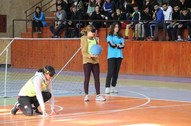 """Farkındalık oluşturmak için göz bandı takıp, engellilere sahaya çıktılar. Sivas'ta üniversite öğrencileri, 3 Aralık Dünya Engelliler Gününde farkındalık oluşturmak için görme engellilere özgü bir oyun olan """"Goalball"""" oyununu oynadı"""