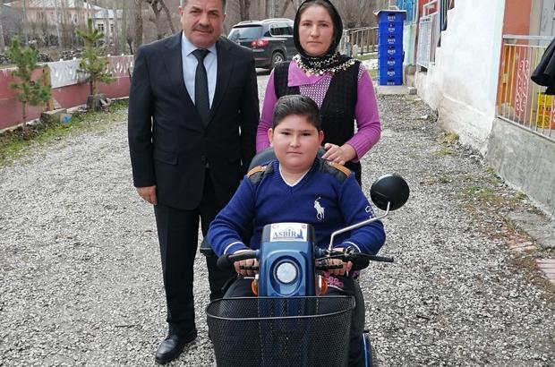 Ülke gündemine oturmuştu, Bakanın talimatıyla hayallerine kavuştu Sivas'ta yaşayan yüzde 97 bedensel engelli Devran Koçer, Aile, Çalışma ve Sosyal Hizmetler Bakanı Zehra Zümrüt Selçuk'n talimatıyla hayali olan bilgisayara ve akülü aracına kavuştu