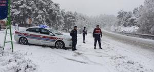 Kar yağışı Sarıcakaya yolunda etkili Ulaşım jandarma trafik ekiplerinin kontrolü ile sağlanıyor