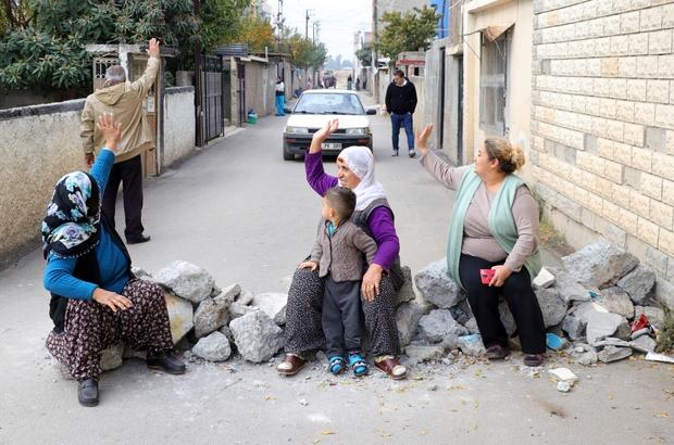 """""""Çocuklar ölmesin"""" diye çocuklarıyla yol kapattılar Adana'da mahalleli 'Çıkmaz sokak ve kamyon giremez' tabelası olan sokağı 10 gün önce 'sürekli kaza oluyor' diyerek moloz döküp trafiğe kapattı Çocuklarını kucağına alıp molozların üzerine oturan kadınlar, gün boyu gelen araç sürücülerini geri çeviriyor"""
