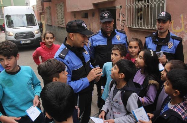 """Polisten """"Çocuklar Ölmesin"""" projesi Adana'da 12 gün içeresinde 3 çocuğun evlerinin önünde oynarken araç altında kalarak can vermesinden sonra Toplum Destekli Polislik Şube Müdürlüğü sokak sokak gezerek hem çocukları hem anneleri ikaz etti"""