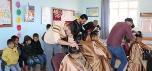 Tıraş takımlarını alıp köy okullarının yolunu tuttu Diyarbakırlı berber Mehmet Öner, sosyal sorumluluk projesi kapsamında köy okullarında öğrencilerle bir araya geldi Öğrencilerin saçlarını ücretsiz tıraş eden Öner, daha sonra gençlere bot dağıttı