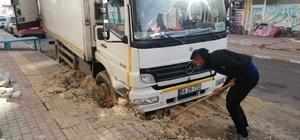 Sevkiyat kamyonu çöken yolda mahsur kaldı