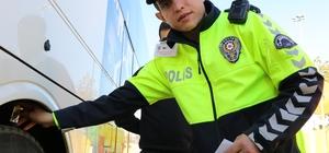 Adana'da kış lastiği ve alkol denetimi Trafik polisleri, şehirler arası yolcu otobüsleri ve yük taşıyan ticari araçların kış lastiklerini denetleyip sürücülere alkol kontrolü yaptı Trafik polisleri denetimler sırasında çocuklara da 'kırmızı düdük' dağıttı