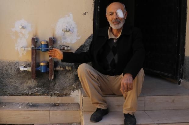 Su sayaçlarını çalanlar yüzünden gözünü kaybediyordu Adana'da Fatih Mahallesi'ne dadanan kimliği belirsiz kişi veya kişiler bir gecede onlarca evin su sayacını çaldı Su sayacı hırsızlığı mahalle sakinlerinin tepkisine neden olurken, evine takılan yeni su sayacının vida kısımlarına kendince demir monte ederek güvenlik önlemi almaya çalışan Rahmi Aydoğdu, gözüne spiral çapağı kaçması sonucu az kalsın gözünü kaybediyordu