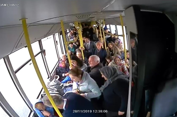 Otobüs şoföründen hayat kurtaran müdahale Trabzon Büyükşehir Belediyesi şoförü Mehmet Bülbül, yolda fenalaşan yaşlı kadına ilk müdahaleyi yaparak hayatını kurtardı O anlar otobüste bulunan güvenlik kamerasına da yansıdı