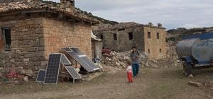 (Özel) 37 yıl önce terk edilen köyde bir tek onlar kaldı 10 yıldır yaşadıkları dağın eteğinde elektriği güneş panelinden sağlayan, suyu ise 10 kilometre uzaklıktan getiren aile hayatlarından memnun