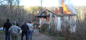 Yanan evlerini gözyaşları içinde izlediler Kastamonu'da çıkan yangında iki katlı ev kullanılamaz hale geldi