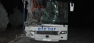 Dinar ilçesi yakınlarında otobüs kamyona arkadan çarptı: 10 yaralı