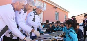 Öğretmen sosyal medyadan talep etti, öğrencilere tatlı yağdı Bahşiler TYSD Atatürk İlkokulu öğretmeni Fatma Süren'in sosyal medyadan ulaştığı tatlı firması, 200 öğrenciye tatlı dağıttı