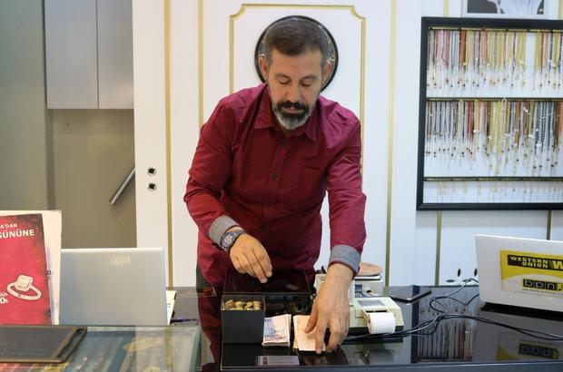 Masasının üstüne para bırakıyor, ihtiyacı olan alıp gidiyor Diyarbakır'da esnaf Mehmet Yüksel, iş yerindeki masasının üzerine para kutusu bıraktı Her gün bu kutuya bir miktar para bırakan Yüksel, ihtiyaç sahiplerinin hiçbir şey söylemeden parayı alıp gitmelerini sağlıyor