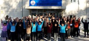 'Pergel' projesi ile öğrencilere hayvan sevgisi aşılanıyor Milli Eğitim Bakanlığı tarafından başlatılan 'Pergel' projesi kapsamında oyuncu ve hayvan sever Semih İğdigül Yatağandaki okullarda öğrencilere hayvan sevgisini anlatan ziyaretlerde bulundu.