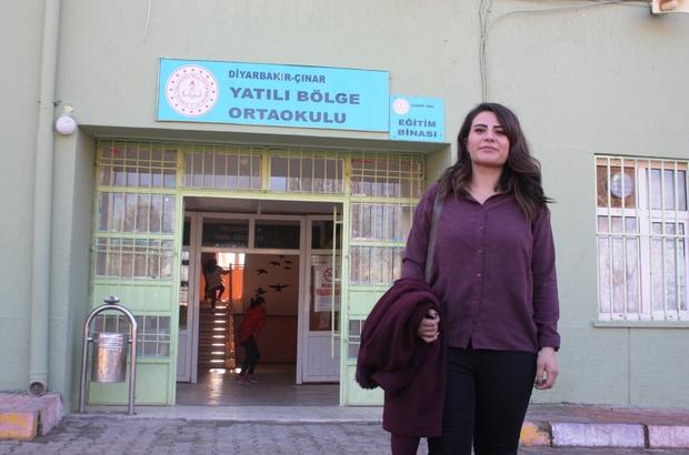 Okuduğu okula öğretmen olarak atandı Diyarbakır'ın Çınar ilçesi Yatılı Bölge Ortaokulunda eğitim gören Aysel Bozan, yaklaşık 14 yıl önce eğitim gördüğü okula İngilizce öğretmeni olarak atandı Okuduğu okula öğretmen olarak atanan Bozan, öğrencilerin hayallerinin peşinden gitmesini sağlıyor