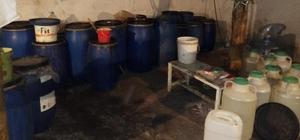 Muhtar, evini içki imalathanesine çevirdi: 500 litre içki ele geçirildi