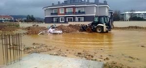 Büyükşehirden su baskınlarına anında müdahale Muğla Büyükşehir Belediyesi İl genelinde yaşanan yoğun yağmur yağışlarında yaşanan su baskınlarına anında müdahale etti.