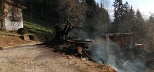Çıkan yangında 100 yıllık hatıralar da yandı Trabzon'un Çaykara ilçesi Ulucami mahallesinde çıkan yangında biri 100 yıllık olmak üzere 2 ev tamamen yandı İtfaiye ekipleri mahallede soğutma çalışmalarını sürdürüyor