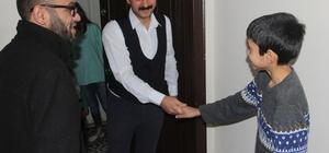 """Sele kapılan çocuk taburcu olunca kahramanına koştu Adana'da sele kapılıp sürüklenirken kurtarılan 8 yaşındaki çocuk, hastaneden taburcu olur olmaz kendisini kurtaran belediye otobüs şoförünü ziyarete edip teşekkür etti Sürücü Fatih Çakıcıoğlu: """"Benim de çocuklarım var, benden başka kimse yoktu, kim olsa aynı şeyi yapardı"""" Sabri Tahla Kocamanla: """"Boru içine girince orada kalacağım diye çok korktum ama sürücü ağabey beni kurtardı"""""""