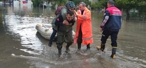 Can-Kur ekipleri vatandaşı sırtlarında taşıyıp kurtardı Adana'da aşırı yağmur nedeniyle ev ve iş yerlerinde mahsur kalan kadın ve çocukları Can-Kur ekipleri sırtlarında taşıyarak kurtardı