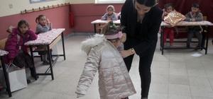 Köy okuluna anlamlı yardım Giresun'un Espiye ilçesine 45 kilometre mesafede bulunan Ericek İlkokulundaki öğrencilere giysi, kırtasiye ve kitap yardımı yapıldı