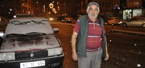 Akşam saatlerinde başlayan kar yağışı Afyonkarahisar'lı vatandaşları sevindirdi Gençler kar yağışını fırsat bilerek doyasıya eğlendi