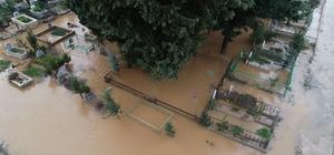 Mezarlık sular altında kaldı Adana'da 4 gün süren aşırı yağmur nedeniyle mezarlık sular altında kaldı Sel nedeniyle mezarlıklar su içinde kaldı, bazı mezarlar çöktü