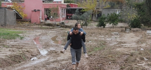 Yol yapılmayınca okula giden çocuklarını sırtlarında taşıyorlar Adana'nın merkez Sarıçam ilçesinde 10 yıldır yolları yapılmayan aile, yağmurlu günlerde okula giden çocuklarını sırtlarında ana yola kadar taşıyor