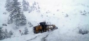 Isparta'da karla mücadele çalışmaları sürüyor Isparta İl Özel İdaresi ekipleri 5 ilçede karla mücadele çalışması yürütüyor