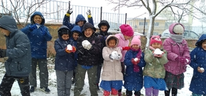 Kar yağışına en çok çocuklar sevindi Manisa'nın Selendi ilçesindeki çocuklar etkili olan kar yağışının keyfini kartopu oynayarak çıkardı